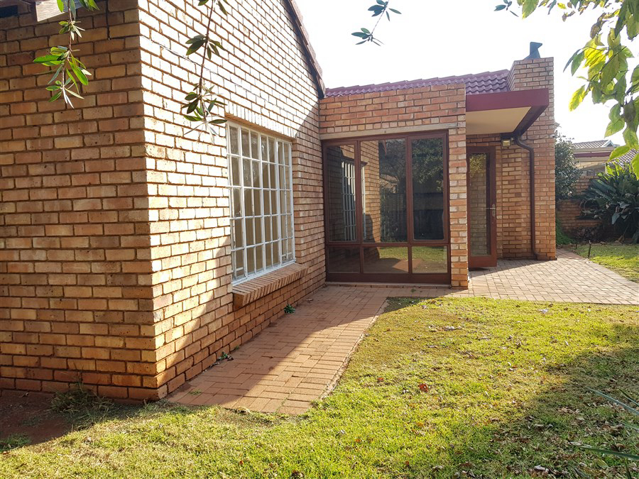 3 Bedroom Townhouse For Sale in Die Hoewes